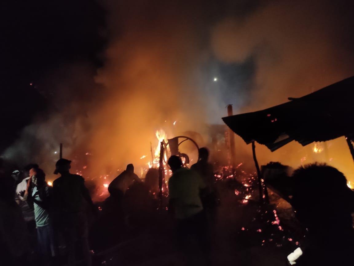 बांसडीह में आग से आधा दर्जन झोपड़े जले, गृहस्थी का सामान राख हुआ