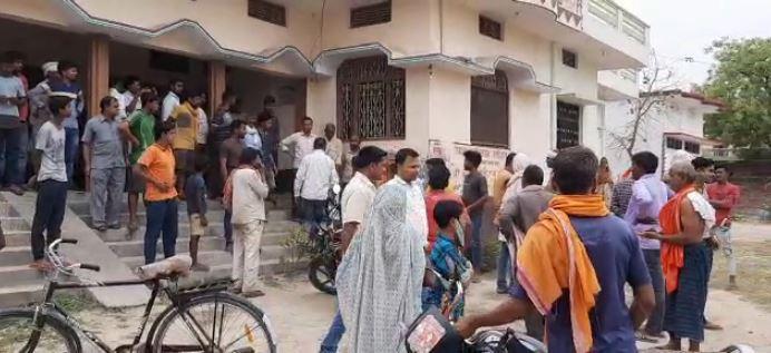 फायदे में है गढ़मलपुर उप डाकघर फिर भी हटाया क्यों जा रहा, ग्रामीणों ने किया घेराव