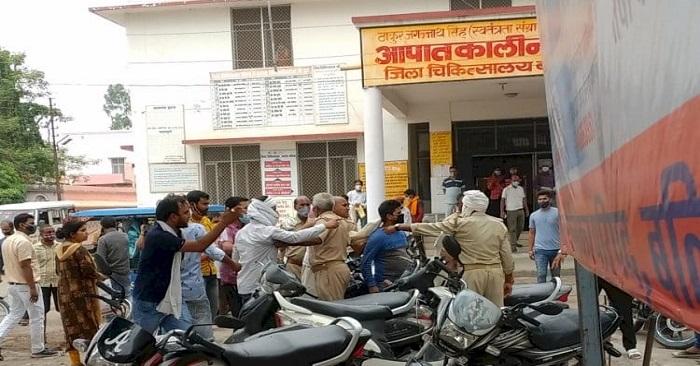 बलिया जिला अस्पताल में स्वास्थ्यकर्मी पर रिश्वत मांगने का आरोप, मारपीट के बाद कर्मचारी फरार