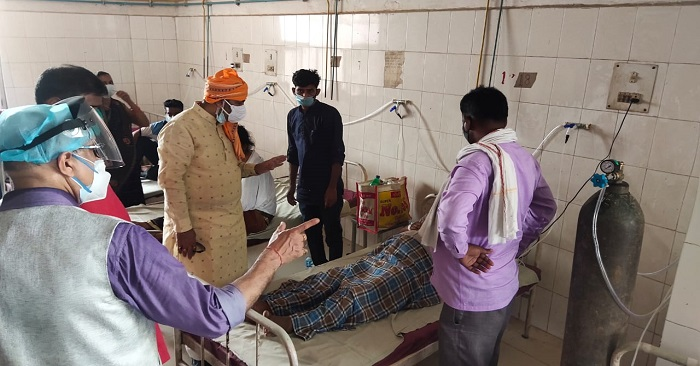 कोविड 19 से लड़ने के लिए हर जिले को मिले हैं 4-4 करोड़, मंत्री उपेन्द्र तिवारी ने बलिया कोविड अस्पताल का किया निरीक्षण