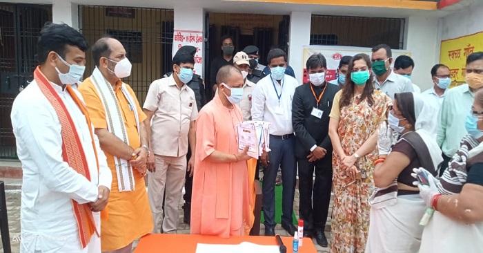 बलिया में जिला अस्पताल से लेकर गांवों तक गए सीएम योगी, दिन भर का दौरा संक्षेप में