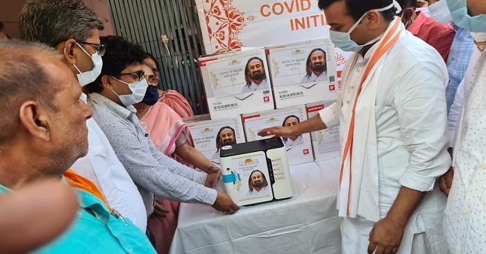 आध्यात्मिक गुरु श्री श्री रविशंकर की संस्था ने दुबहर और बाछापार अस्पतालों में दिए आक्सीजन सैचुरेटर