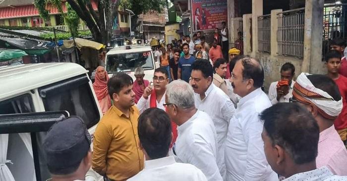 सपा जिला पंचायत सदस्य के घर जमीन नापने पहुंची राजस्व और चकबंदी विभाग की टीम, पूर्व मंत्री नारद राय ने कहा दबाव बनाने की कोशिश कर रही भाजपा