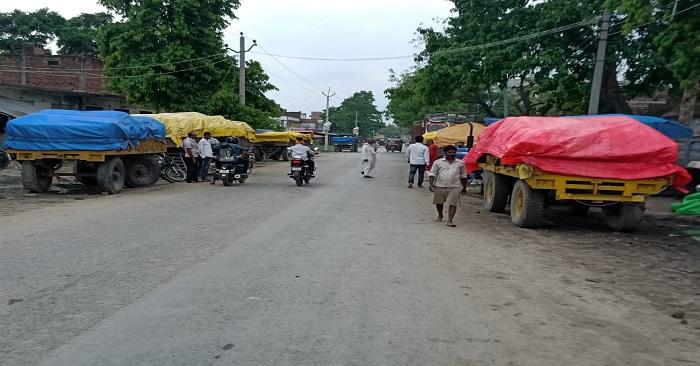 नगरा विपणन केंद्र पर कर्मचारियों के रवैये से गेहूं किसान परेशान, तौल के लिए हफ्तों का इंतजार