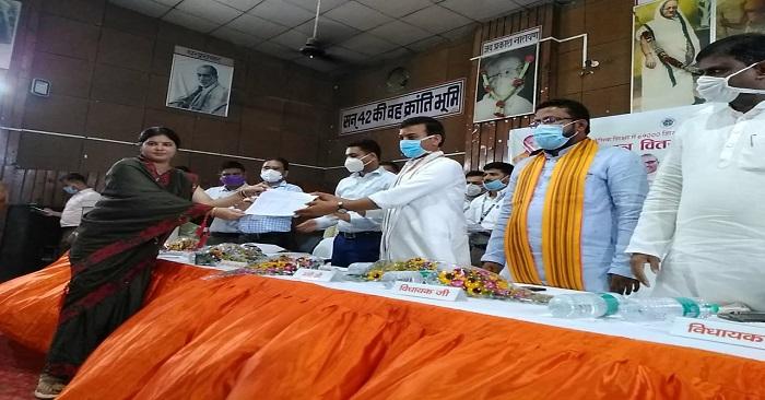 राज्यमंत्री आनंद स्वरूप शुक्ल ने बलिया में 95 शिक्षकों को दिए नियुक्ति पत्र
