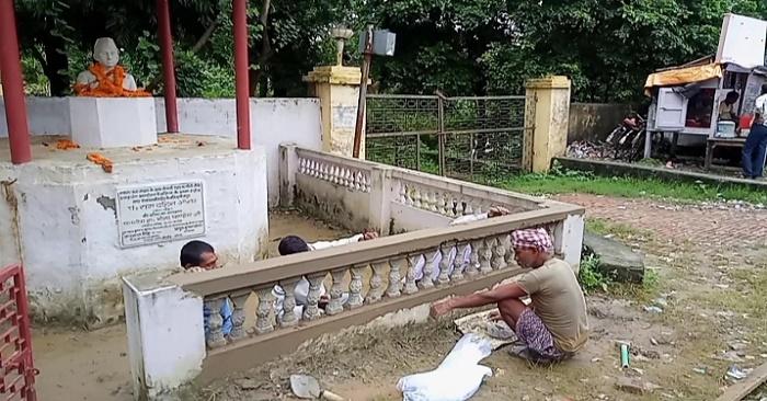 शहीद पं.रामदहिन ओझा के स्मारक की टूटी दीवार की मरम्मत परिजनों ने ही कराई, 3 महीने से टूटी थी दीवार