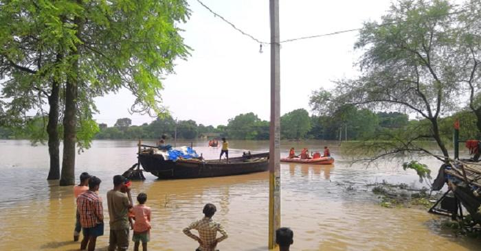 बाढ़ में भी दबंगई दिखा रहे हैं रसूख वाले लोग, नावों पर दबंगों के कब्जे से आम लोग बेहाल
