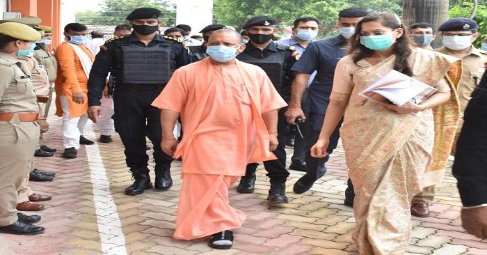 मुख्यमंत्री योगी आदित्यनाथ ने बलिया के बाढ़ प्रभावित क्षेत्रों का दौरा किया, राहत सामग्री भी बांटी
