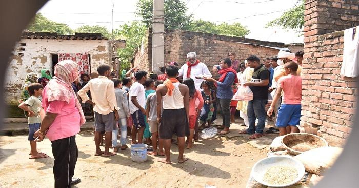 सपा नेता कामेश्वर सिंह ने दुबहर के बाढ़ पीड़ितों में बांटे भोजन के पैकेट