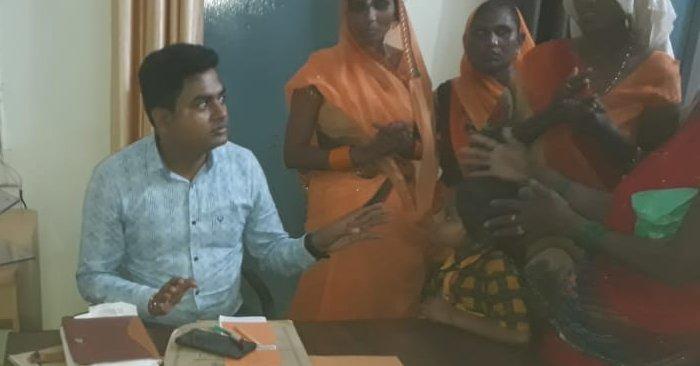 त्रिपाल के लिए बाढ़ पीड़ित महिलाओं ने बैरिया तहसील में किया हंगामा