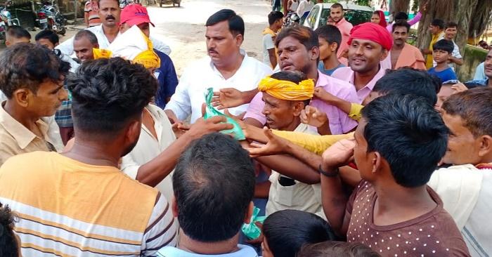 जिला पंचायत सदस्य प्रतिनिधि पिंटू जावेद ने बाढ़ पीड़ितों को भोजन बांटा