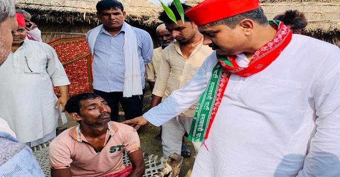 सपा के युवा नेता राहुल सिंह ने बाढ़ पीड़ितों में बांटी राहत सामग्री