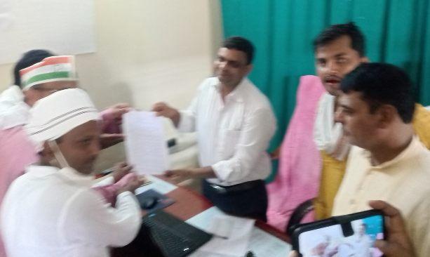 बिजली विभाग के अधिकारियों की लापरवाही से परेशान जनता ने जेई को सौंपा ज्ञापन