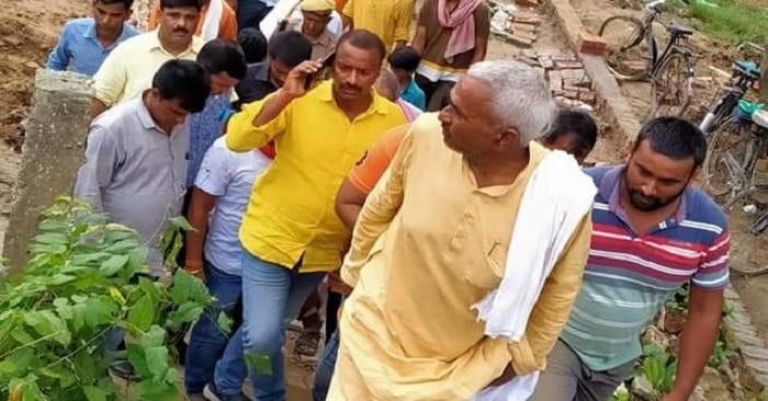 सिताब दियारा के बाढ़ पीड़ितों का हाल जानने पहुंचे विधायक, गोपालपुर में बाढ़ के पानी में डूबने से मौत