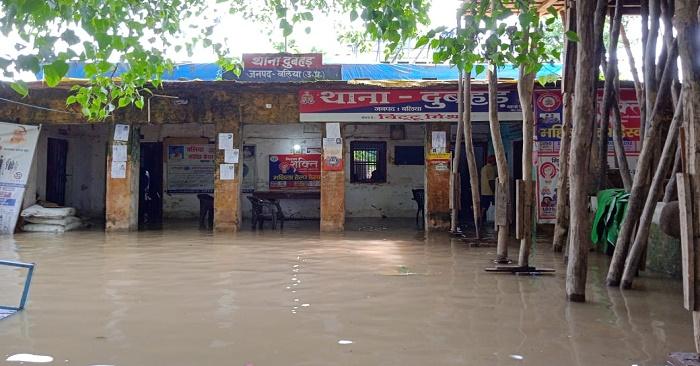 दुबहर में बाढ़ से बिगड़े हालात, थाना, स्कूल सब जगह घुसा पानी, छत से पानी में गिर कर महिला बही