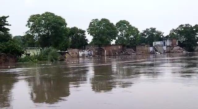 गंगा व सरयू नदी की बाढ़ से 69 गांवों में एक तिहाई फसल बर्बाद हो गई