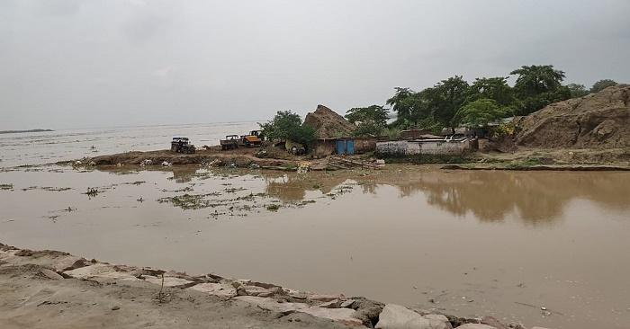 बलिया में बाढ़ राहत के लिए जल पुलिस की भी तैनाती, खतरा अभी भी बरकरार