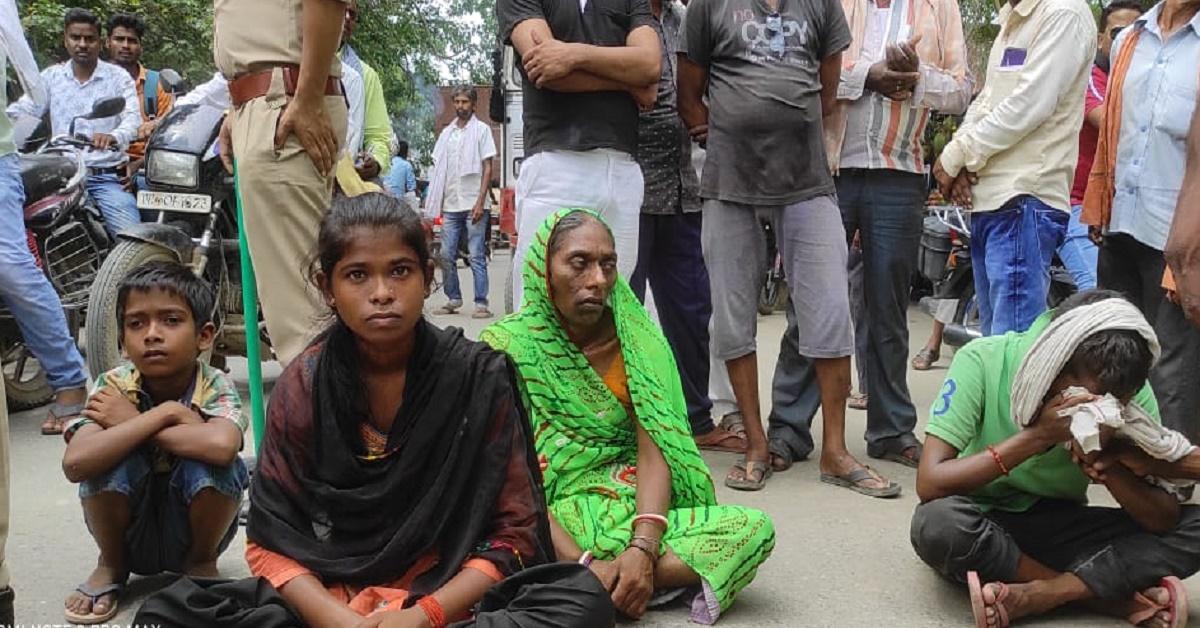 जमीन पर पट्टीदारों ने कर लिया कब्जा, इंसाफ के लिए पीड़ित परिवार का सड़क पर धरना