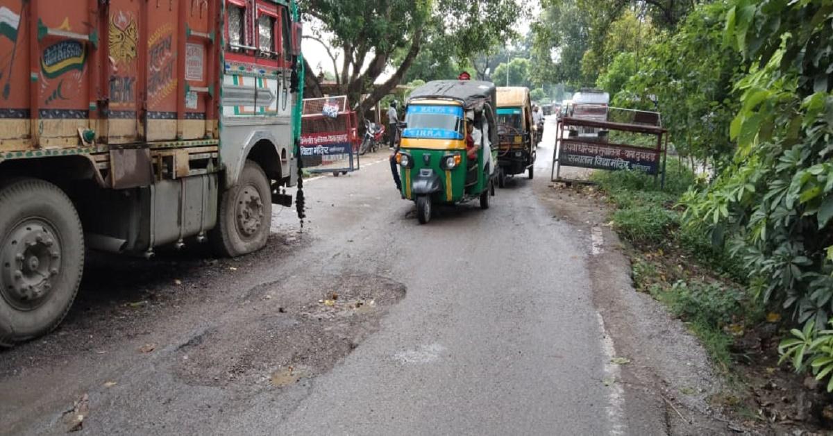 दुबहर थाने के सामने आधी सड़क पर खड़ा है बालू लदा सीज ट्रक, आने-जाने वालों को परेशानी, दुर्घटना का भी खतरा