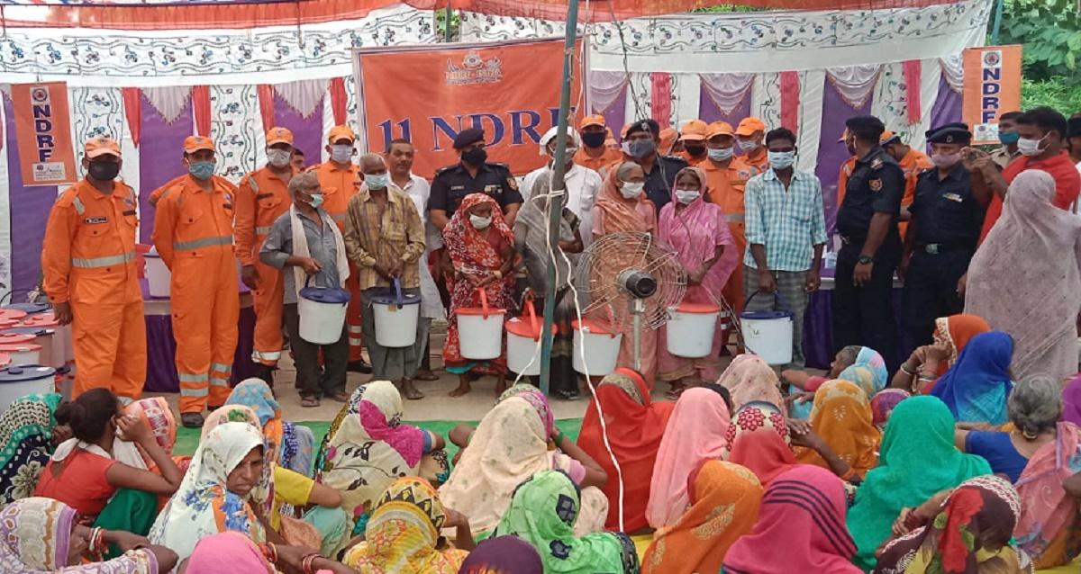 एनडीआरएफ ने बाढ़ प्रभावित लोगों को स्वच्छता से संबंधित सामान बांटे