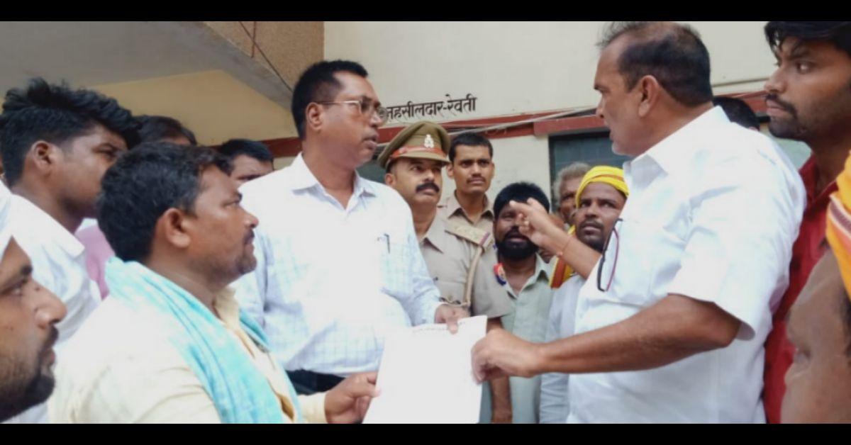 नाला निर्माण को लेकर ग्रामीणों ने एसडीएम का घेराव कर सौंपा मांगपत्र