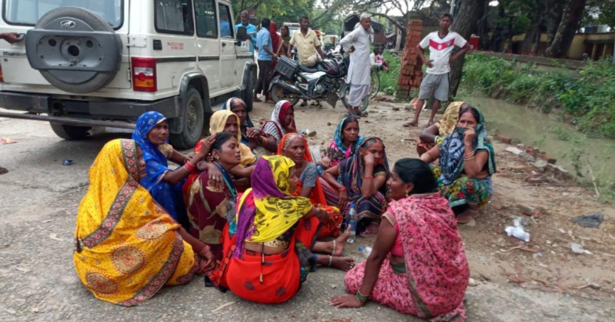 थाने के सामने सड़क पर रोती बिलखती महिलाएं