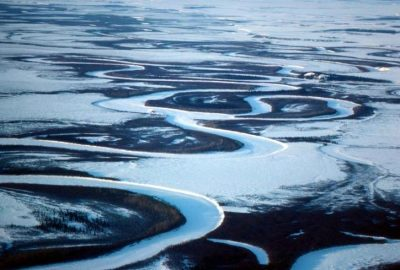 aerial-view-of-the-frosen-river-in-winter_w725_h490