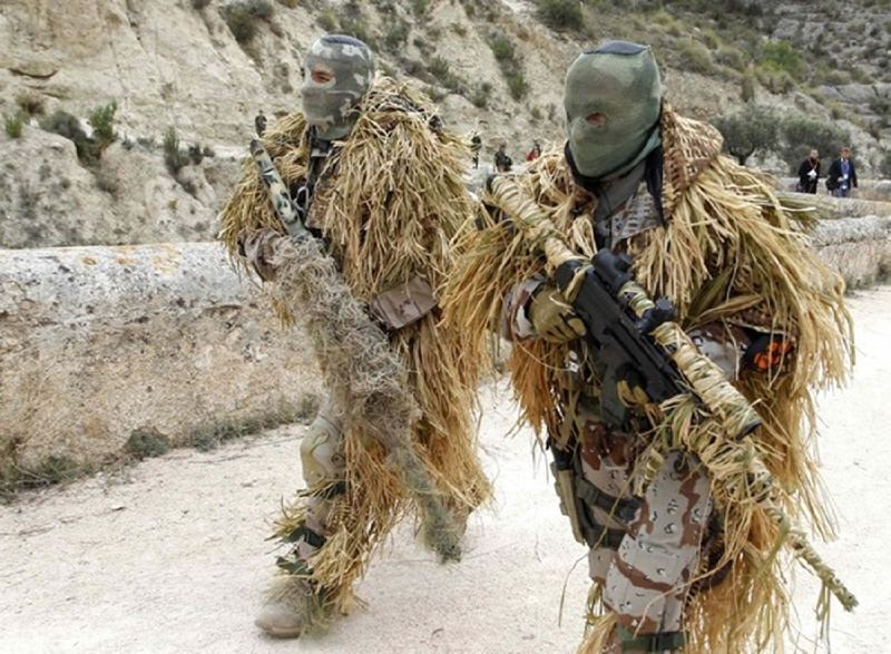 Soldiers of a special forces unit walk after a military exercise in Tibi, near Alicante, November 18, 2011. REUTERS/Heino Kalis (SPAIN - Tags: MILITARY)
