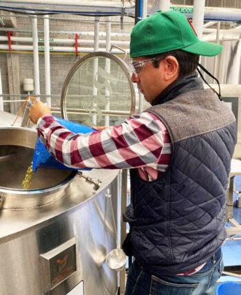 Cerveza Zólupez Beer Company - Adding Hops - Credit-Zólupez
