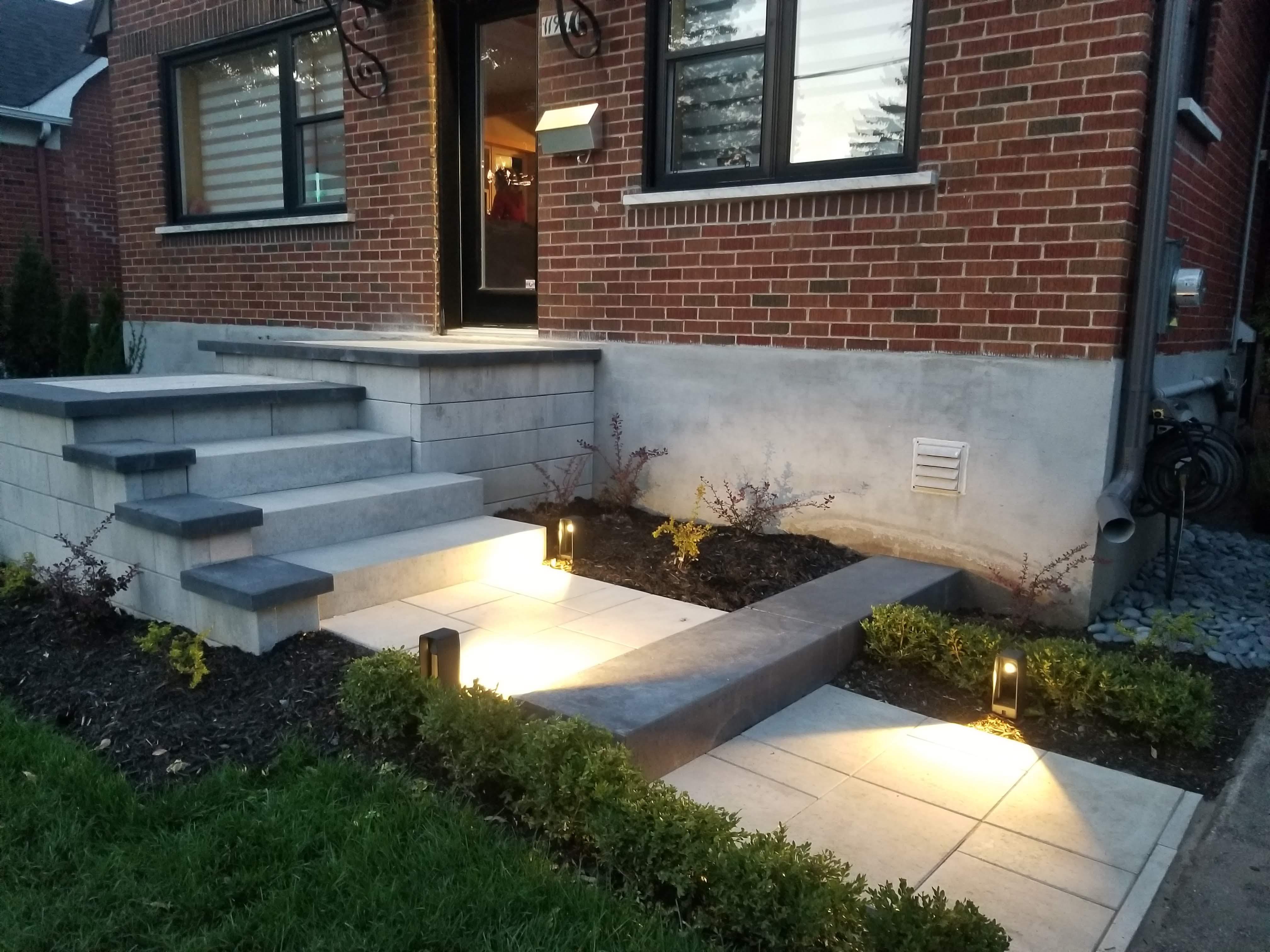descente d'escalier en bloc de muret et marche modulaire et éclairage in-lite