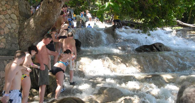 dunns-river-climbing-the-falls