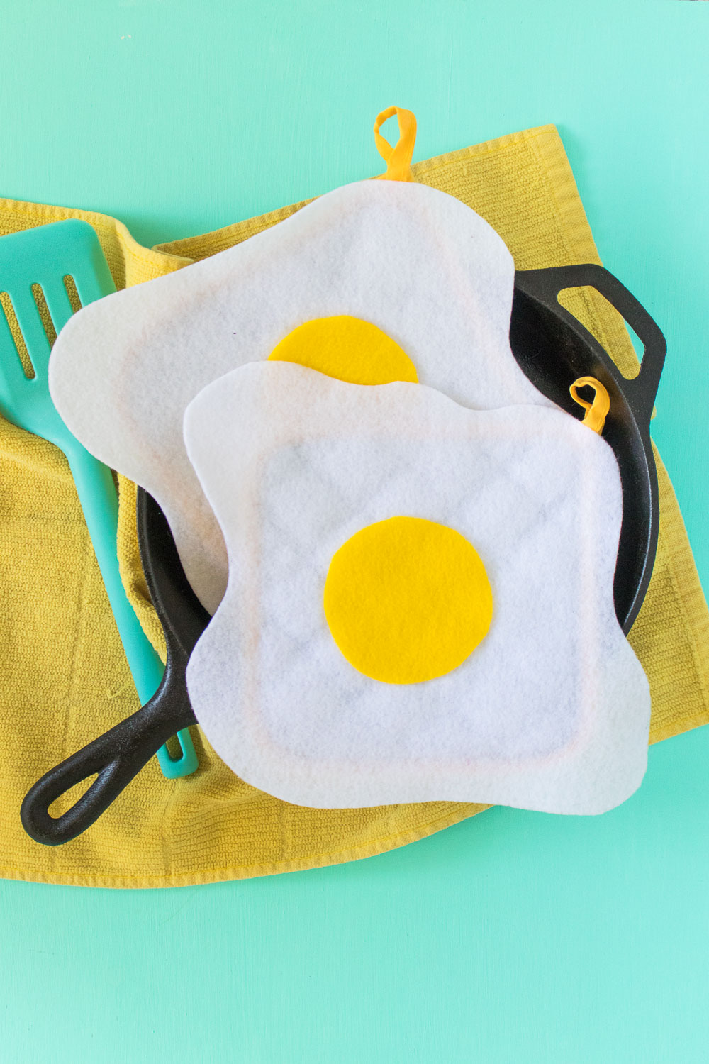 DIY No-Sew Fried Egg Oven Mitts [+ a Video!] | Club Crafted