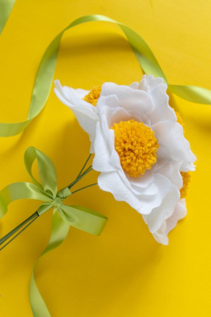 DIY Felt Pom Pom Flowers // Make cute felt flowers with this easy pom pom tutorial! Create beautiful fabric flowers for photo shoots, home decor and parties #paperflowers #pompoms #nosew #feltflowers #diyideas