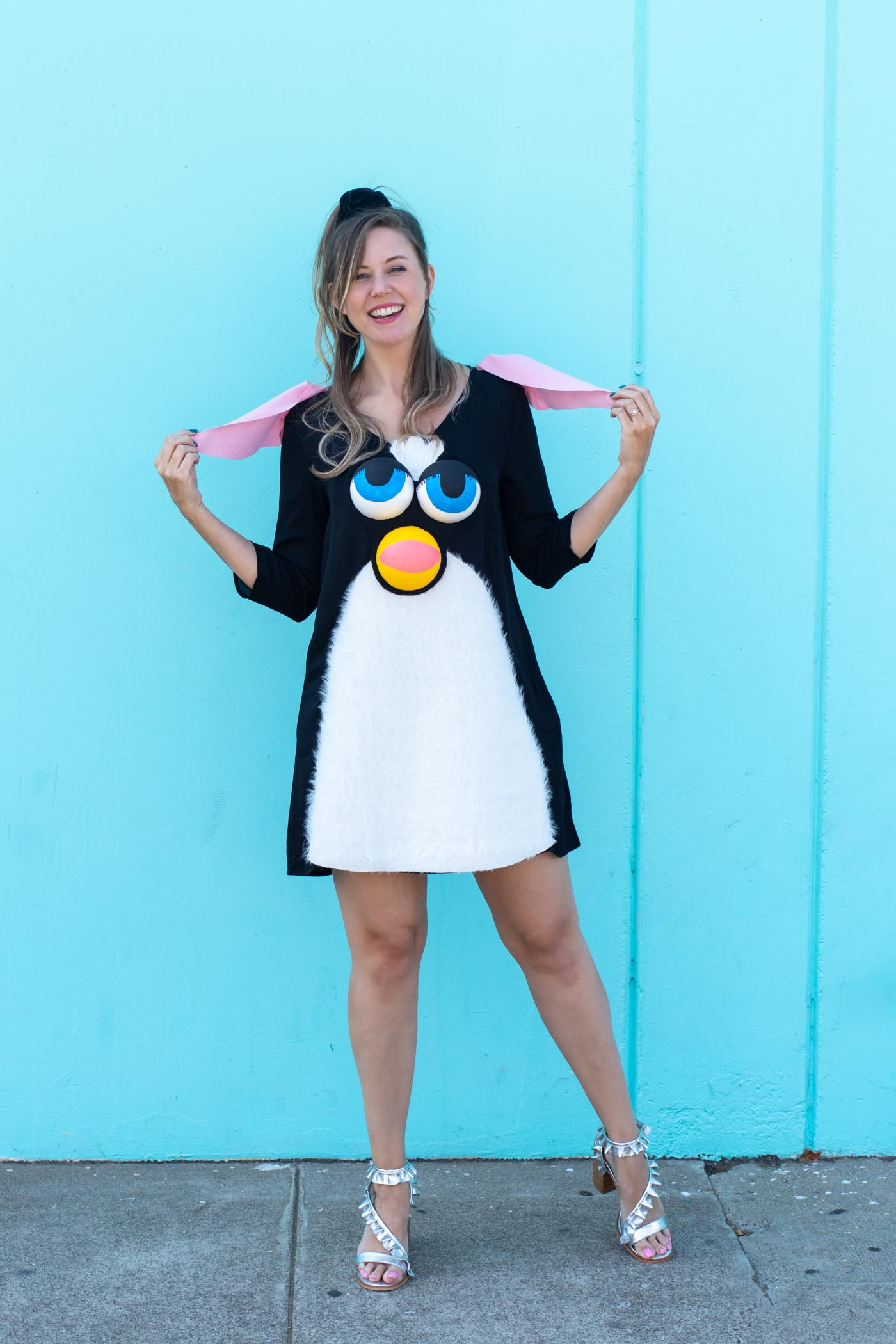 DIY Furby Costume // 90s Toy Costume / Dress up as the classic Furby toy from the 90s with this no-sew Halloween costume! Use faux fur and foam spheres to create a Furby face #halloween #costume #diyhalloween #90s #halloweencostume #furby #dresscostume #nosew