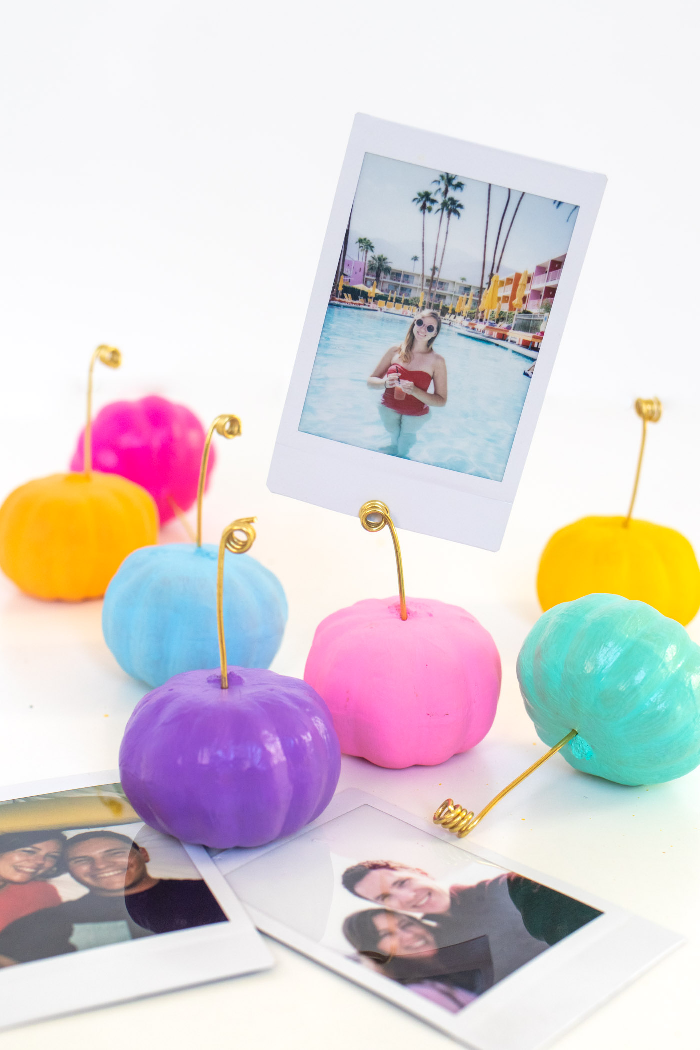 DIY Wire Pumpkin Photo Holders (Place Cards)| Paint mini pumpkins and add wire to create DIY place cards or mini photo holders to decorate for fall and Thanksgiving! #pumpkin #falldiy #falldecor #painting #photoholder #thanksgiving #tablescape #placesetting