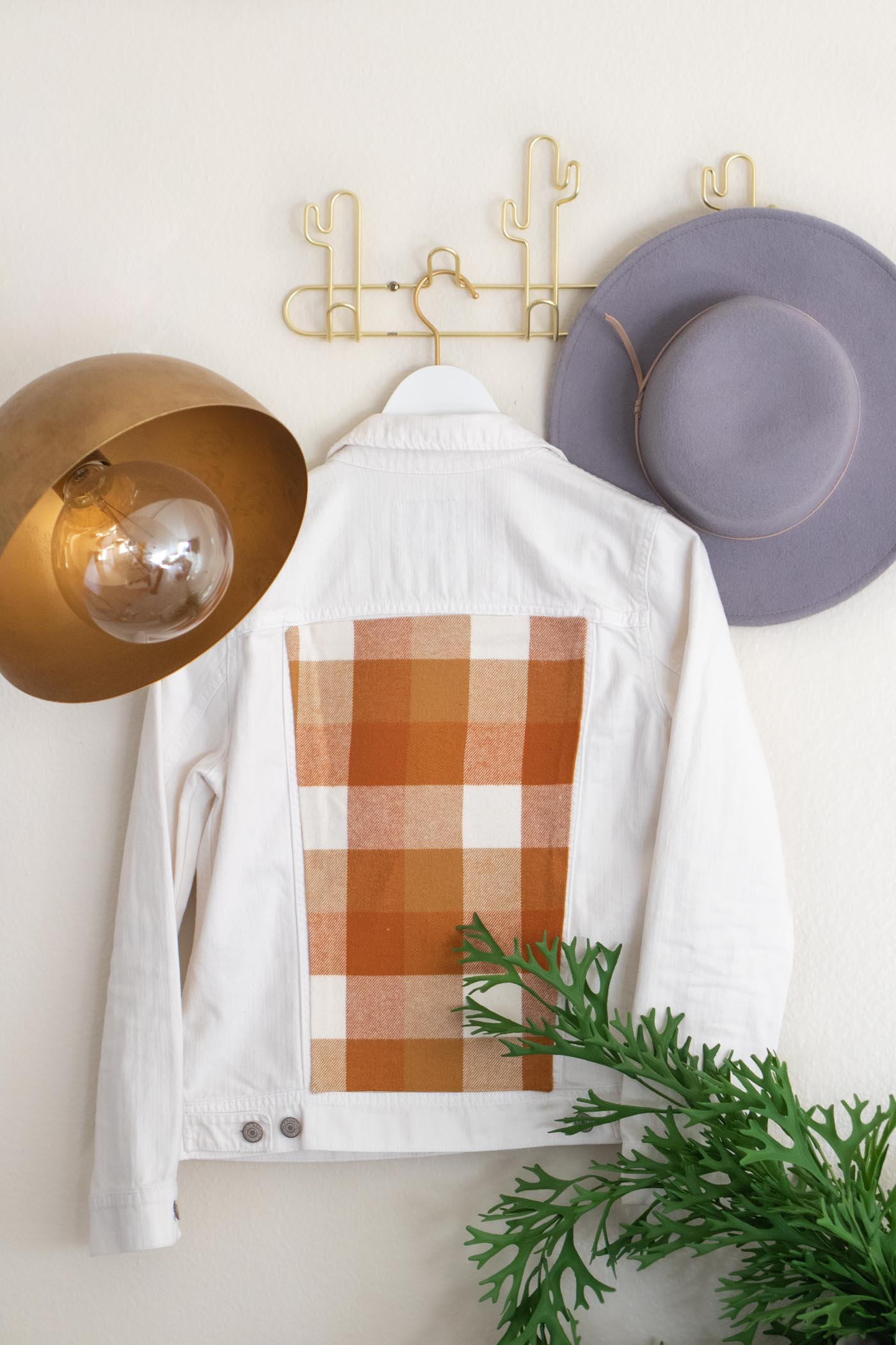 DIY No-Sew Plaid Jacket Insert // Update a denim jacket with varieties of plaid flannel on the back from @joann! This no-sew jacket idea is perfect for fall fashion! #joannpartner #handmadewithjoann #nosew #fallfashion #womensfashion #fabriccrafts