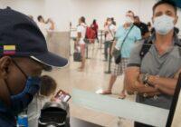 Colombia multará a las aerolíneas que transporten pasajeros con Covid-19