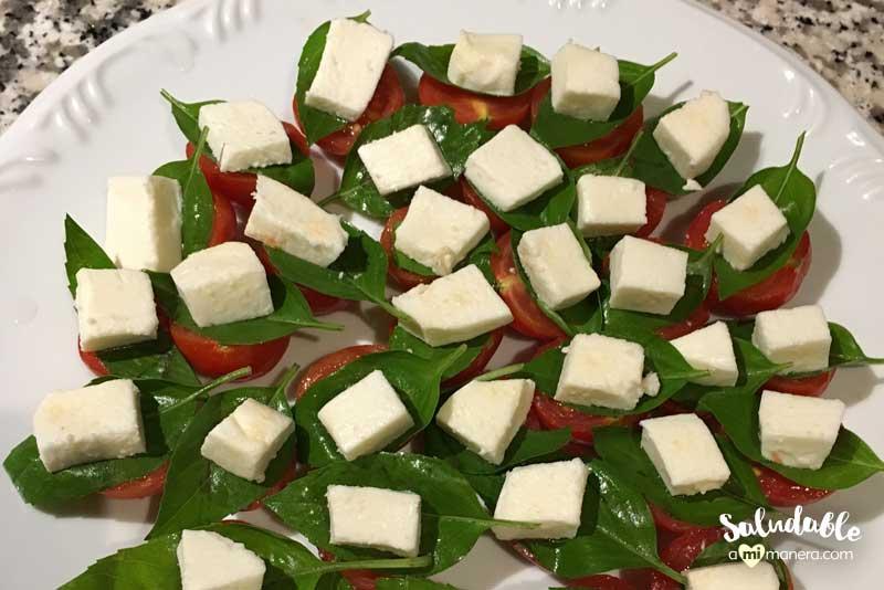 Ensalada caprese italiana con tomates cherry