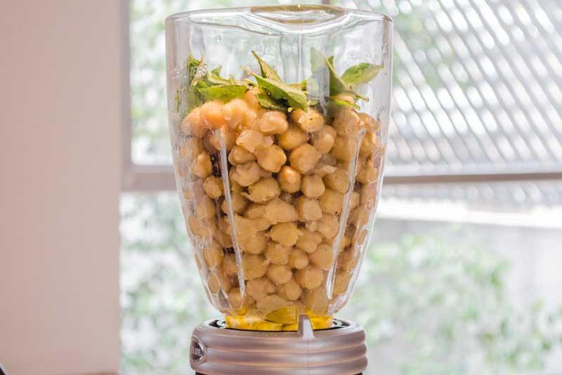 Hummus casero de garbanzo y albahaca