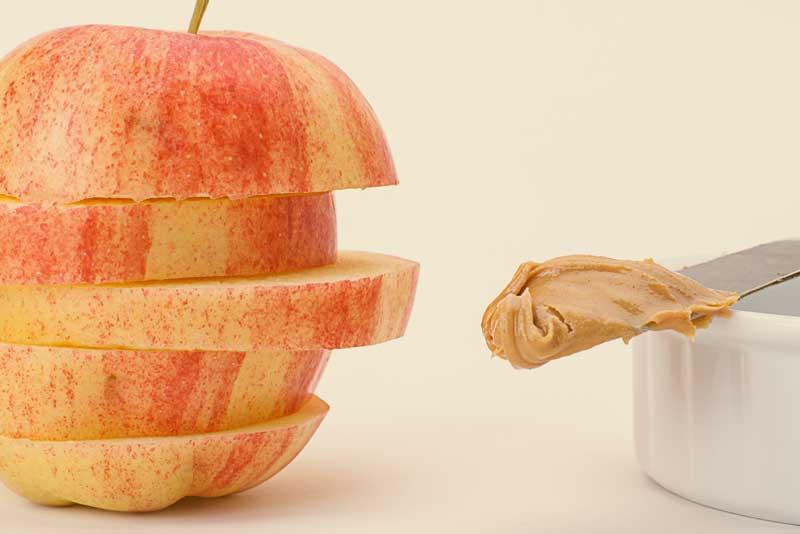 10 ideas de bocadillos saludables manzana con mantequilla de cacahuate