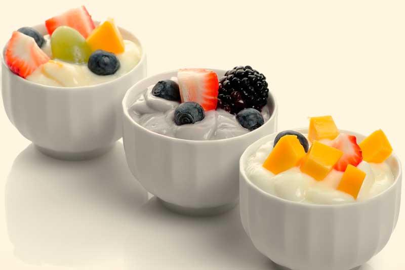 yogurt con fruta 10 ideas de bocadillos saludables para el antojo nocturno