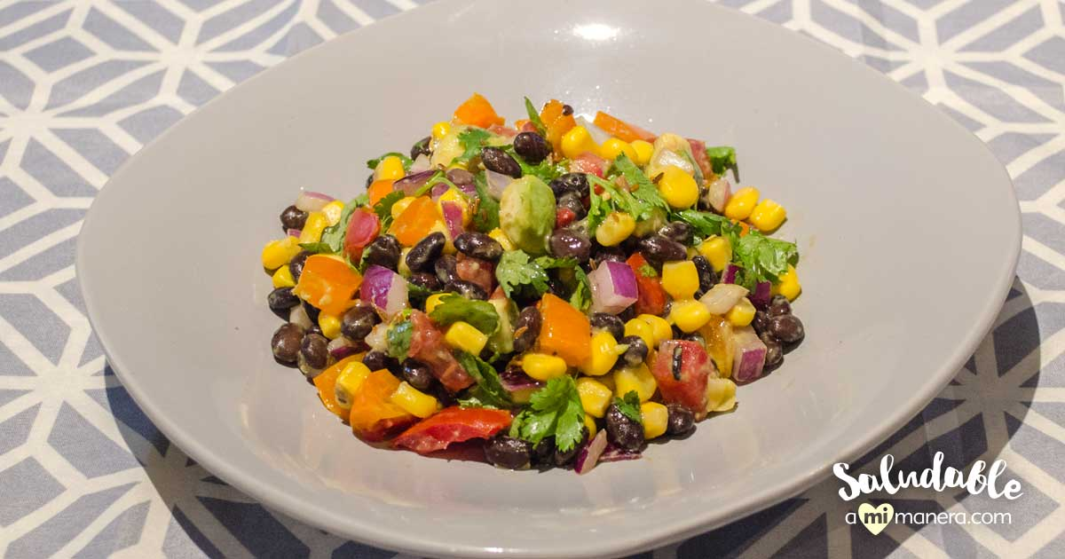 Ensalada Multicolor Vegetariana Con Frijoles Negros Y Aderezo De Limón
