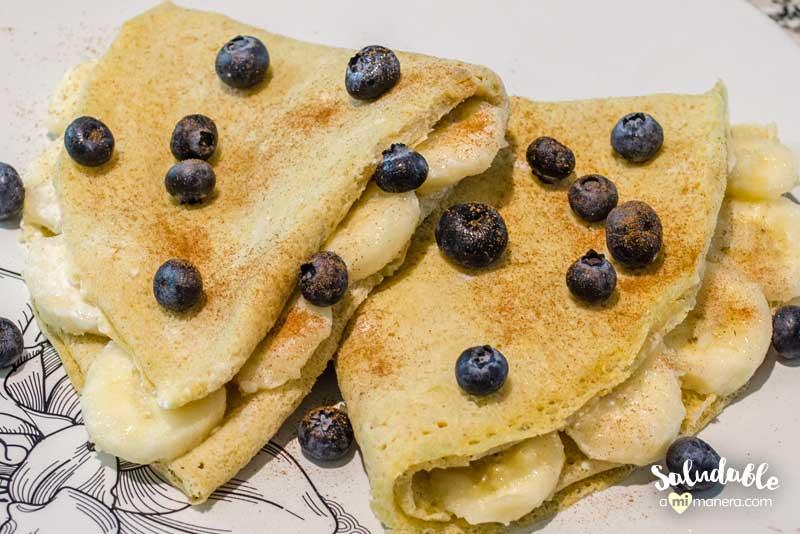 Crepas de avena rellenas de fruta y queso crema