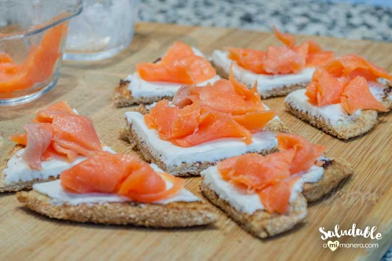 preparando bocadillos de salmón ahumado