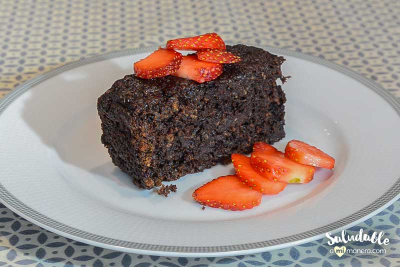 panqué de chocolate con calabacita y fresas