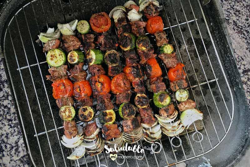 Brochetas asadas de carne de res y verduras