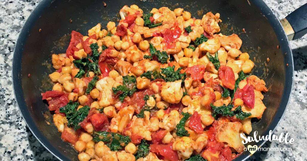 Coliflor con garbanzo, kale y tomates cherry