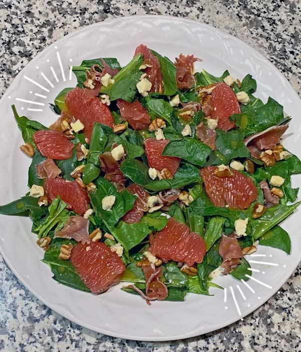 Ensalada de espinacas, toronja, nuez y queso azul