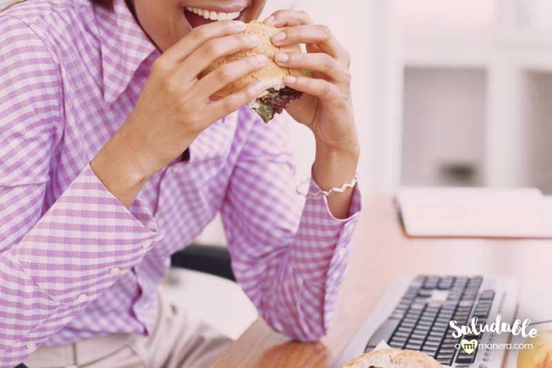 cómo comer menos frente al escritorio