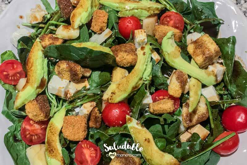 Ensalada de espinacas con aguacate y tomates